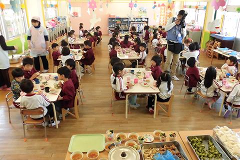 卒園児に向けた在園児によるおもてなし。午前中は各クラスよりダンスや歌などの出し物あり、お昼はバイキング・おやつも特別メニュー!!ワクワクな一日!
