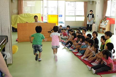 【体操教室】跳び箱、縄跳び、鉄棒などスポーツクラブの講師による体育指導でみんなも真剣!