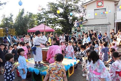 【夏祭り/盆踊り】各コーナーの遊びをお家の人と楽しみ、盆踊りでは和太鼓に合わせて踊ります。