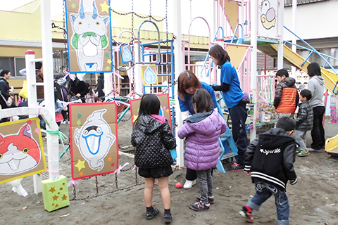 【なかよし広場】ゲームに出店等、いつもと違う愛児園をお家の方と楽しみます。