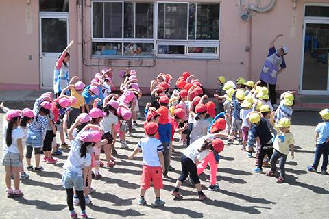 【体操】毎朝、幼児全体で集まり元気いっぱい体を動かします!