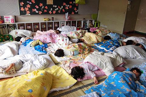 【午睡】乳児~3歳児まで午睡をします。たくさん遊んで夢の中・・・