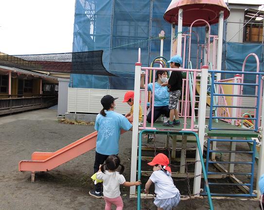 【自由あそび】保育士が見守る中で子ども同士が関わり合い楽しみながら社会性が身につきます。