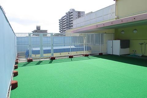 【3階テラス:常設プール】夏はおもいっきり水・プール遊びを楽しみます。