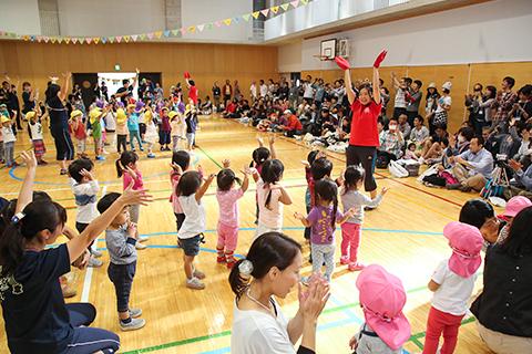 小学校の体育館で運動会